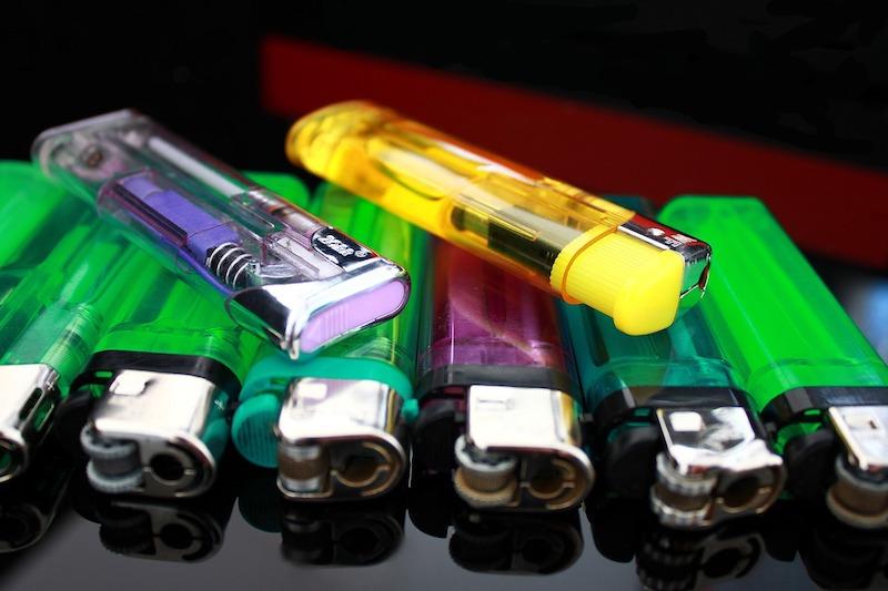 Mehrere Elektro Feuerzeuge liegen auf dem Tisch